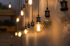 在餐馆内部的葡萄酒样式电灯泡  库存图片