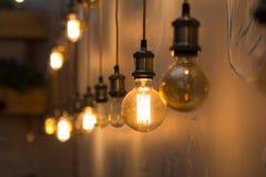 在餐馆内部的葡萄酒样式电灯泡  免版税库存图片