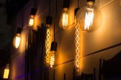 在餐馆内部的葡萄酒样式电灯泡  库存照片