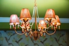 在餐馆内部绿色墙壁的枝形吊灯 库存照片