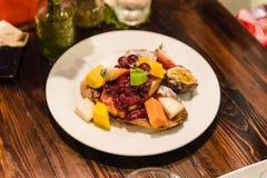 在餐馆削减一半长方形宝石顶部用许多新鲜水果和果酱在清迈,泰国 库存图片