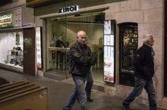 在餐馆前面的本机,图,西班牙 免版税库存图片