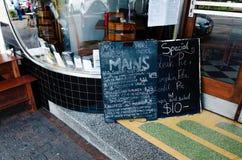 在餐馆前面的黑板菜单 免版税库存照片