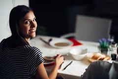 在餐馆吃素食素食主义者奶油汤的妇女 自由的面筋和饮食食物 女性吃骨头汤根据汤 营养 库存照片