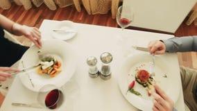 在餐馆吃食物的男性和女性 影视素材