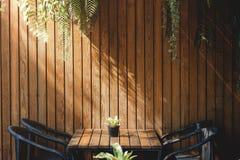 在餐馆和咖啡馆,当代室内设计的木墙壁 免版税图库摄影