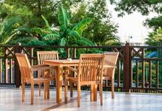 在餐馆咖啡馆大阳台的表和椅子 免版税库存照片