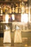 在餐馆咖啡馆酒吧的盐和胡椒罐 免版税库存图片