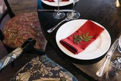 在餐馆开花一个事件党或婚礼的装饰 高雅桌设定 免版税库存图片