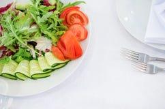 在餐馆或咖啡馆的服务的桌 与蔬菜的沙拉 免版税图库摄影