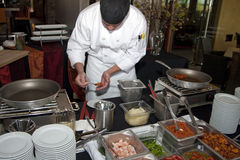 在餐馆星期期间,厨师在工作 免版税图库摄影