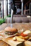在餐馆服务的桌上的快餐 汉堡和土豆楔子 库存照片