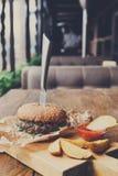 在餐馆服务的桌上的快餐 汉堡和土豆楔子 免版税库存图片