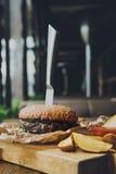 在餐馆服务的桌上的快餐 汉堡和土豆楔子 图库摄影
