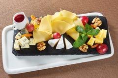 在餐馆桌上的可口乳酪盘子 库存照片