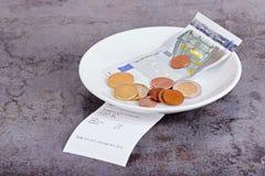 在餐馆桌上的技巧 免版税库存照片