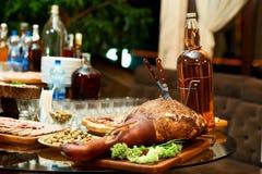 在餐馆桌上的熏制的猪肉腿 免版税库存图片