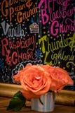 在餐馆桌上的玫瑰 免版税库存图片