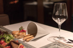 在餐馆桌上的空的酒杯 免版税库存图片