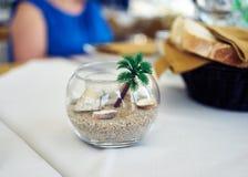 在餐馆桌上的装饰碗 免版税库存照片