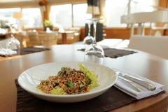在餐馆桌上的素食主义者开胃菜 免版税库存图片