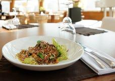 在餐馆桌上的素食主义者开胃菜 免版税库存照片