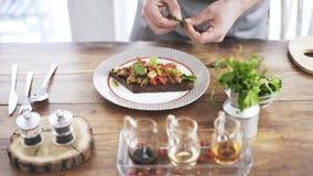 在餐馆烹调把草本放在多士的油煎的或泡菜上 股票录像