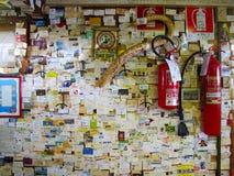 在餐馆的墙壁上的名片 免版税图库摄影