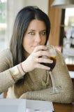 在餐馆的妇女饮用的苏打 免版税库存图片