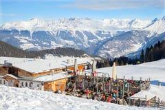 在餐馆的室外大阳台在SERFAUS-FISS-LADIS滑雪区域 免版税库存图片