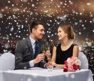 在餐馆的微笑的夫妇 免版税库存图片