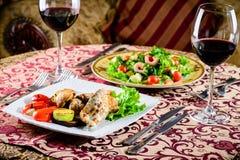 在餐馆的浪漫晚餐 与shri的两个开胃盘 图库摄影
