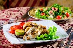 在餐馆的浪漫晚餐 与shri的两个开胃盘 库存图片