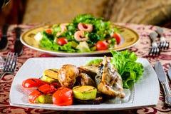 在餐馆的浪漫晚餐 与shri的两个开胃盘 库存照片