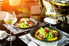 在餐馆的浪漫晚餐 开胃盘用肉和 库存照片