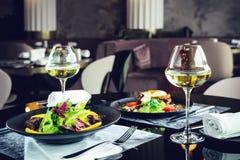 在餐馆的浪漫晚餐 开胃盘用肉和 免版税库存照片