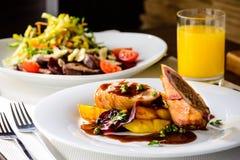在餐馆的浪漫晚餐 开胃盘 免版税库存图片