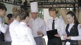 在餐馆的简报 朝向经理的互动在商业厨房 股票视频