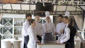 在餐馆的简报 朝向经理的互动在商业厨房 股票录像