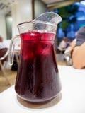 在餐馆的被冰的桑格里酒玻璃投手 库存照片