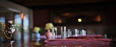 在餐馆的酒吧服务昏暗的照明设备的 库存照片