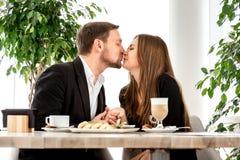 在餐馆的年轻夫妇 免版税库存图片