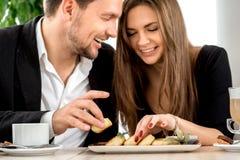 在餐馆的年轻夫妇 图库摄影