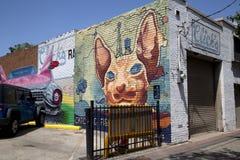 在餐馆砖墙上的街道画  免版税库存图片