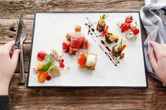 在餐馆舱内甲板的品尝开胃菜放置食者pov 免版税图库摄影
