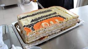 在餐馆裁减的蛋糕时间 影视素材