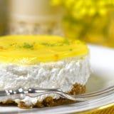 在餐馆设置的豪华奶油甜点乳酪蛋糕柠檬 免版税库存图片
