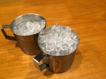 在餐馆迅速移动冰在木桌上的杯子 图库摄影