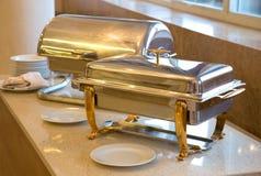 在餐馆金属化容器用热的食物 库存照片