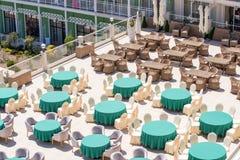 在餐馆` s室外大阳台的家具在Kranevo村庄旅馆里在保加利亚 免版税库存图片